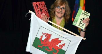 """La bandera galesa responde a la presentación del """"Amuyú…"""" en Gaiman, colonia galesa."""