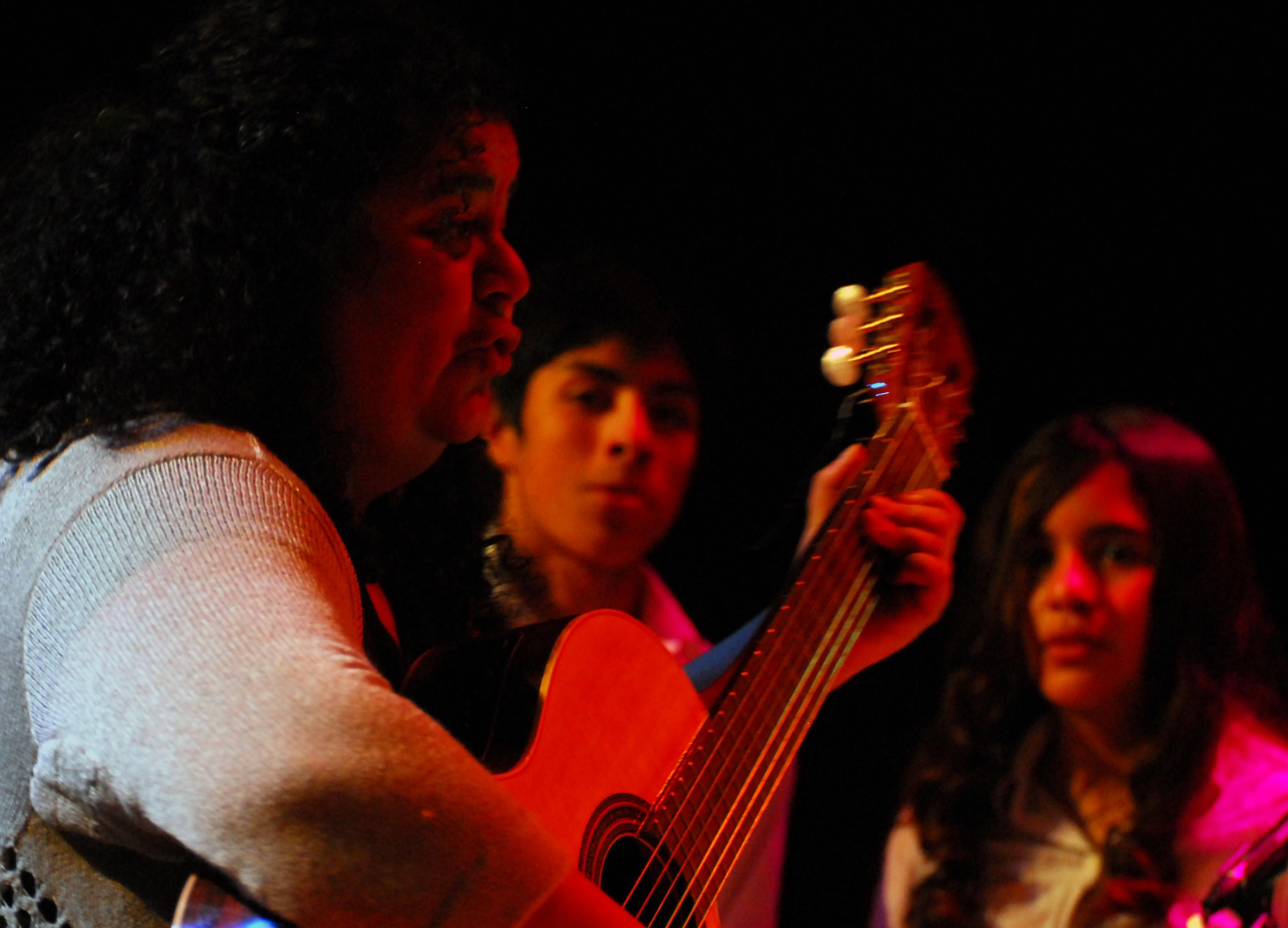 """""""Chily"""" Ruiz y el coro """"Pequeños Grandes Músicos"""" (Foto Pablo Rivero Maldonado)."""