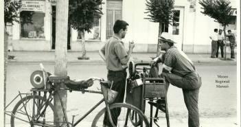 Años '60.  Afilador y colchonero, dialogando en la calle. Fotografía Joaquín Rodríguez.