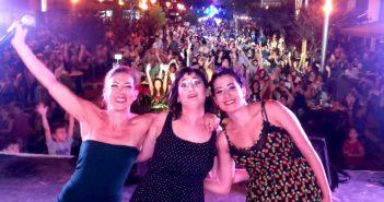 Las actrices platenses durante su presentación al aire libre en nuestra ciudad.