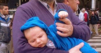 Marcelo Vernet con su nieto Santiago en abril de 2016