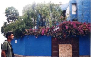 Reynaldo Jiménez 4 - Frente a la casa del poeta Emilio Adolfo Westphalen en Barranco Lima Perú - Foto de Gabriela Giusti