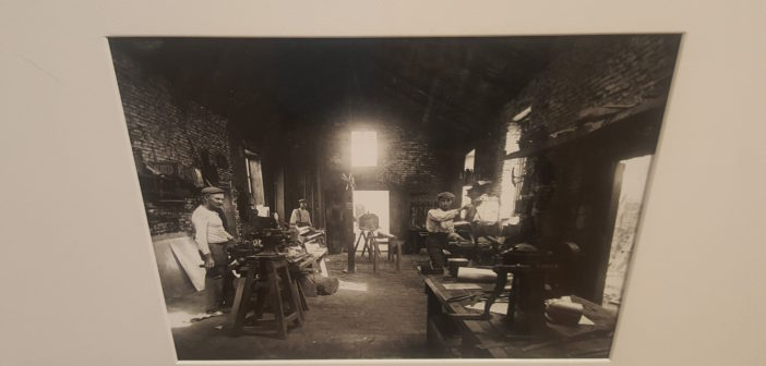 Interior de la hojalatería de Santiago Hubert, 1922, de Fernando Paillet.