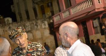 Gerardo Burton con el poeta ruso Evgueni Evtushenko en La Habana