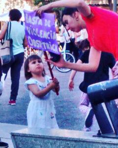 Alicia Salinas con Isabel, su hija, en marcha por el Día Internacional contra la Violencia hacia la Mujer