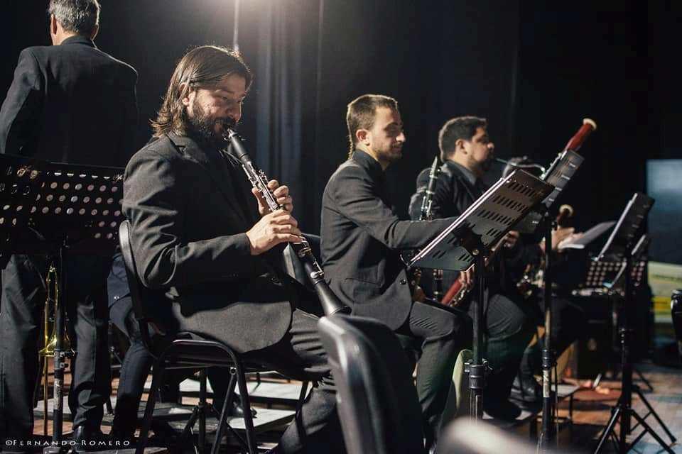 Camilo Sánchez ejecutando su clarinete en la Filarmónica de Río Negro.