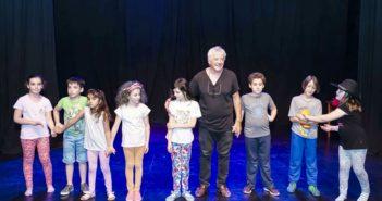 Tojo junto a un grupo de niños. Vuelca también sus conocimientos en el teatro infantil.