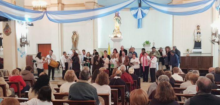 """Coro de Integración """"Locos por la música"""", dirigido por Favio Miranda. General Acha, agosto 2019."""